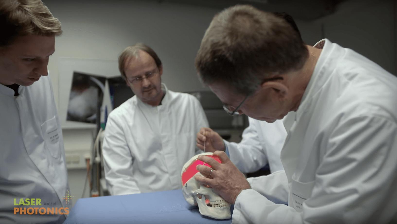 Der Laser ist in der Medizin kaum mehr wegzudenken. Wissenschaftler der LMU München erforschen die selektive Zerstörung von Gehirntumoren mittels photodynamischer Therapie, die die operative Entfernung von an Krebs erkrankten Arealen in Zukunft ersetzen wird. Einblick in diese Technologie gibt die LASER World of PHOTONICS, Weltleitmesse der optischen Technologien – von der Forschung über Technologien bis hin zur Anwendung.