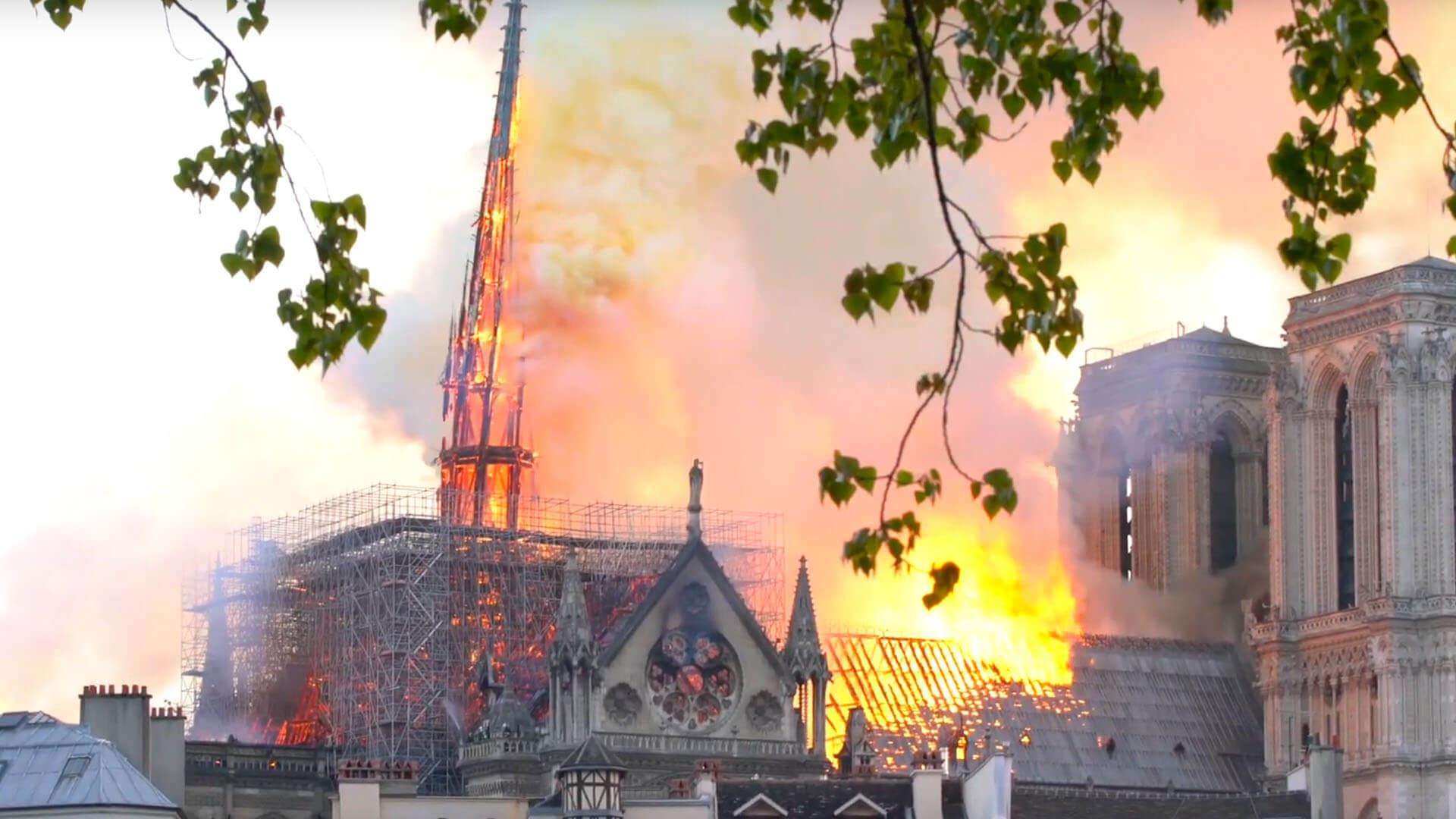 Notre Dame in Paris, April 2019. Ein Kurzschluss hat vermutlich den Brand ausgelöst. Der hölzerne Dachstuhl drohte einzubrechen. Ein lebensbedrohlicher Moment für die Feuerwehrleute. Für solche Situationen entwickeln Wissenschaftler fernsteuerbare Roboter.